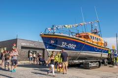 2015年8月8日,海斯廷斯,英国,救生艇为狂欢节做准备 免版税图库摄影