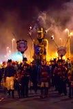 2015年10月17日,海斯廷斯,英国,通过有火炬队伍的街道被游行的肖象 免版税库存照片