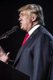 2016年10月15日,爱迪生, NJ -唐纳德・川普讲话在'人类的爱迪生新泽西印度印地安美国集会被团结反对T 免版税图库摄影