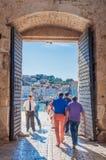 2014年9月29日,特罗吉尔,克罗地亚,工作者留下城市门在午餐时间 免版税图库摄影