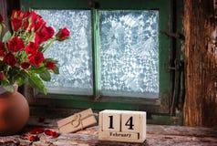 2月14日,玫瑰和礼物在窗口里 免版税库存图片