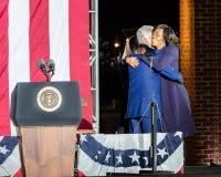 2016年11月7日,美国独立纪念馆,菲尔 PA -竞选前夕的比尔・克林顿总统拥抱第一夫人米歇尔・奥巴马出去 免版税库存图片
