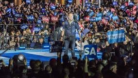 2016年11月7日,美国独立纪念馆,音乐家布鲁斯・斯普林斯廷执行在以双为特色的希拉里・克林顿的一次竞选前夕集会 库存图片
