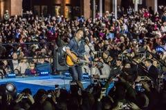 2016年11月7日,美国独立纪念馆,音乐家布鲁斯・斯普林斯廷执行在以双为特色的希拉里・克林顿的一次竞选前夕集会 免版税图库摄影