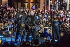 2016年11月7日,美国独立纪念馆,音乐家琼・邦・乔飞执行在希拉里・克林顿的一次竞选前夕集会以的比尔为特色 免版税库存照片