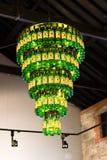 2017年7月29日,蒸馏器走, Midleton, Co黄柏,爱尔兰-从在詹姆森经验里面的瓶做的枝形吊灯 库存图片