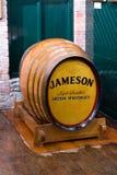 2017年7月29日,蒸馏器走, Midleton, Co黄柏,爱尔兰-在詹姆森经验里面的老barril 库存照片