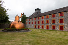 2017年7月29日,蒸馏器走, Midleton, Co黄柏,爱尔兰-老铜容器在詹姆森经验外面 库存照片