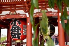 9月2016 5日,被弄脏的前景在Senso籍红色日本寺庙的Hozomon宝库门在浅草,东京,日本 库存图片