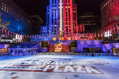 2016年11月8日,洛克菲勒中心'2016的总统选举民主广场' -滑冰的溜冰场和新闻报导  免版税库存照片