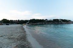2017年6月16日,费拉尼奇,西班牙- Cala Marcal海滩看法在日落的没有任何人民 库存图片