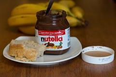 2017年7月18日,黄柏、爱尔兰- Nutella瓶子和切片自创断裂用健康果子 图库摄影