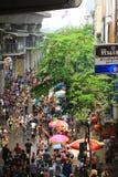 2014年4月13日, :Sonkran节日的游人参观泰国在Silom路 免版税库存图片