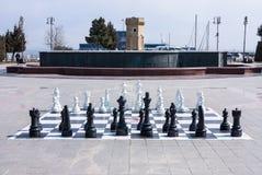 2017年3月10日, Azneft广场,巴库,阿塞拜疆 一杆大棋枰在海滨公园,下棋的孩子 库存照片