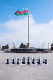 2017年3月10日, Azneft广场,巴库,阿塞拜疆 一杆大棋枰在海滨公园,下棋的孩子 免版税图库摄影