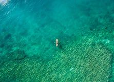 2016年5月15日, Haleiwa夏威夷 鸟瞰图未知站立冲浪在海洋的桨房客 图库摄影