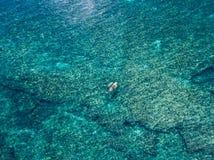 2016年5月15日, Haleiwa夏威夷 鸟瞰图未知站立冲浪在海洋的桨房客 免版税库存图片