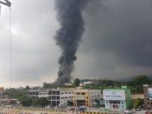2017年8月8日, Sungai Buloh雪兰莪,马来西亚 在工厂区域的火 免版税库存图片