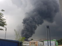 2017年8月8日, Sungai Buloh雪兰莪,马来西亚 在工厂区域的火 免版税库存照片