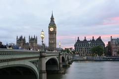 2015年6月26日:伦敦、英国、大本钟或者伟大的西部大臣或英国议会尖沙咀钟楼或者宫殿在微明 免版税库存照片