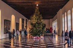 2016年12月03日:圣诞树在克伦堡塑象里面的一个大厅里 免版税图库摄影