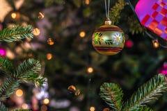 2016年12月03日:圣诞节在克伦堡加州里面的装饰球 免版税库存图片