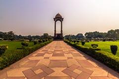 2014年10月27日:在印度的门的附近庭院在新德里,  免版税库存图片