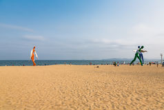 2014年4月15日:在海滩的中午在Dameisha,使用一个小组未认出的人民,它不肯定 Dameisha是一个Th 库存照片