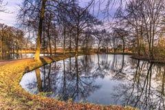 2016年12月04日:在罗斯基勒筑成池塘,丹麦庭院里  库存照片