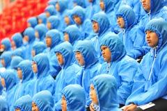 2014年11月5日:小女孩在一起雨中对com 免版税库存照片
