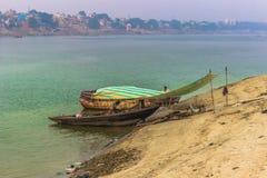 2014年10月31日:小船靠了码头在瓦腊纳西,印度海岸  库存图片