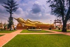 2014年9月26日:巨型金黄菩萨在万象,老挝 免版税库存照片