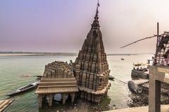 2014年10月31日:弯的寺庙在瓦腊纳西,印度 免版税库存图片