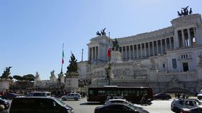 3月2019 21日:意大利罗马维托里奥・埃曼努埃莱・迪・萨伏伊II纪念碑,游览的游人对城市在春天 影视素材