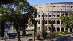 3月2019 21日:意大利罗马,在城市游览中的罗马斗兽场游人在春天 ?? 股票录像