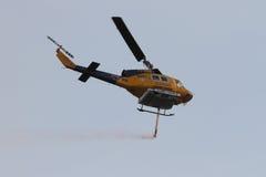 11月9日:有满载的标题的Waterbomber直升机对火 免版税库存照片