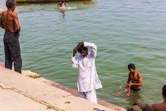 2014年10月31日:沐浴在瓦腊纳西,印度的人 免版税库存图片