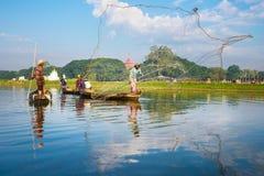 12月3日:渔夫抓住鱼 免版税库存图片