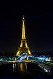 巴黎- 2014年3月09日:点燃艾菲尔铁塔 库存照片