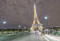 巴黎- 2014年6月13日:艾菲尔铁塔照明设备  艾菲尔铁塔是 免版税库存照片