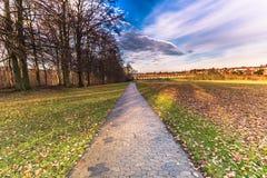2016年12月04日:道路在罗斯基勒,丹麦庭院里  库存照片