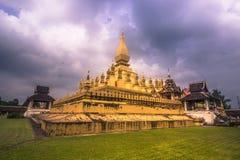 2014年9月26日:那Luang金黄stupa在万象,老挝人 库存图片