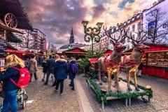2016年12月05日:驯鹿在圣诞节市场上在中央 库存照片