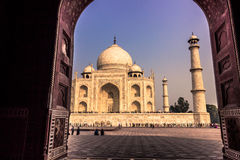 2014年11月02日:从一个清真寺的拱道Agr的泰姬陵的 免版税库存图片