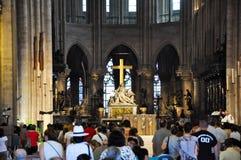 巴黎8月15日:Notre Dame大教堂的内部在巴黎, 2012年8月15日的法国 库存图片