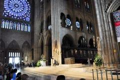 巴黎8月15日:Notre Dame大教堂的内部在巴黎, 2012年8月15日的法国 免版税库存照片