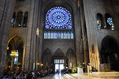 巴黎8月15日:Notre Dame大教堂的内部在巴黎, 2012年8月15日的法国 库存照片