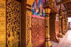 2014年9月20日:Wat Manorom寺庙墙壁在琅勃拉邦 免版税库存图片