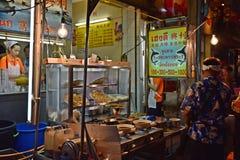 2017年4月15日:Yaowarat出售商的夜市场在唐人街路,大街在唐人街,一次曼谷地标和im 免版税图库摄影