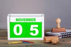 11月5日 世界海啸了悟天 特写镜头木日历 时间计划和企业背景 免版税库存图片
